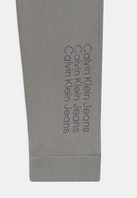 Calvin Klein Jeans - UNISEX - Verryttelyhousut - grey - 2