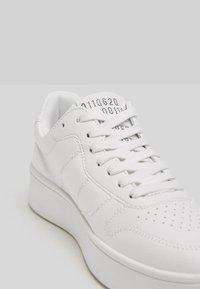 Bershka - Sneakers laag - white - 5