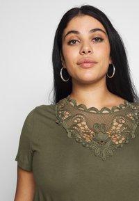 Anna Field Curvy - Print T-shirt - olive night - 3