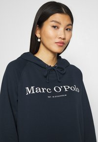 Marc O'Polo - RAGLAN SLEEVE HOODED - Hoodie - dark night - 4