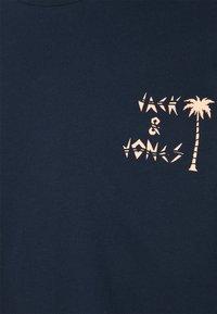 Jack & Jones - JORVIBES TEE CREW NECK - Print T-shirt - navy blazer - 2