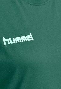 Hummel - GO WOMAN - T-shirts med print - evergreen - 2