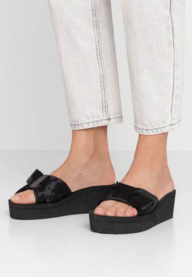 POOL WEDGE WING - Mules à talons - black