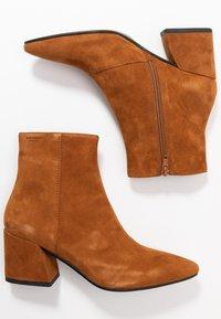 Vagabond - OLIVIA - Classic ankle boots - caramel - 3