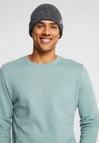 Jack & Jones - JACTWISTED SHORT BEANIE - Muts - black/grey melange - 1