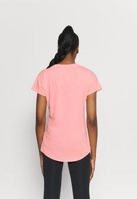 Puma - TRAIN FAVORITE TEE - Camiseta básica - elektro peach - 2