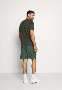 Nike Performance - Pantalón corto de deporte - galactic jade/black - 2
