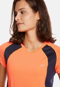 Jeff Green - ELLA - Print T-shirt - neon orange/navy - 2
