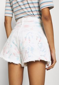 Abercrombie & Fitch - PRIDE CURVE LOVE MOM - Denim shorts - tie dye - 3