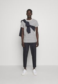 Les Deux - SAILOR  - Print T-shirt - off white/dark navy - 1