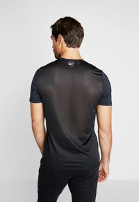 Reebok - WORKOUT SPORT SHORT SLEEVE GRAPHIC TEE - T-Shirt print - black - 2