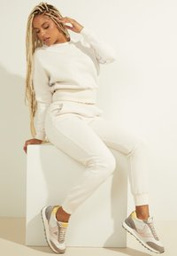 Guess - Tracksuit bottoms - creme - 2
