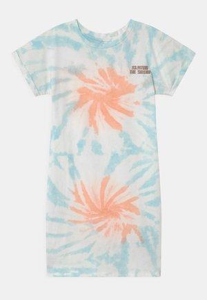 PELIENE - Žerzejové šaty - coral pink
