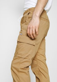 Tommy Jeans - ETHAN JOGGER - Cargo trousers - classic khaki - 3