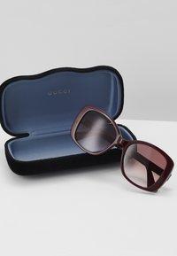 Gucci - Okulary przeciwsłoneczne - burgundy - 3