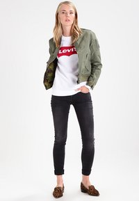 Levi's® - RELAXED GRAPHIC CREW - Bluza - better batwing white - 2