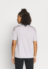 New Balance - ACHIEVER GRAPHIC  - T-shirt med print - logwood - 2