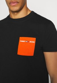 Tommy Jeans - CONTRAST POCKET TEE - Triko spotiskem - black / bonfire orange - 5