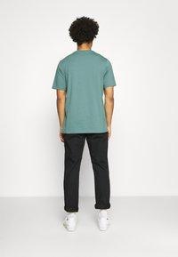 adidas Originals - TREF OMBRE UNISEX - T-shirt med print - hazy emerald - 2
