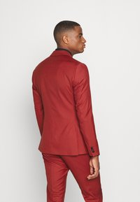 Isaac Dewhirst - THE TUX - Dress - red - 3