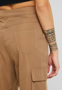 Missguided Petite - PLEAT FRONT TURN UP HEM CARGO TROUSER - Cargo trousers - tan - 4