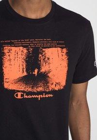 Champion Rochester - GRAPHIC SHOP CREWNECK - Print T-shirt - black - 4