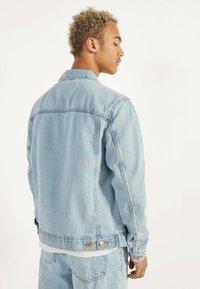 Bershka - JEANSJACKE IM REGULAR-FIT 01273503 - Kurtka jeansowa - blue - 2