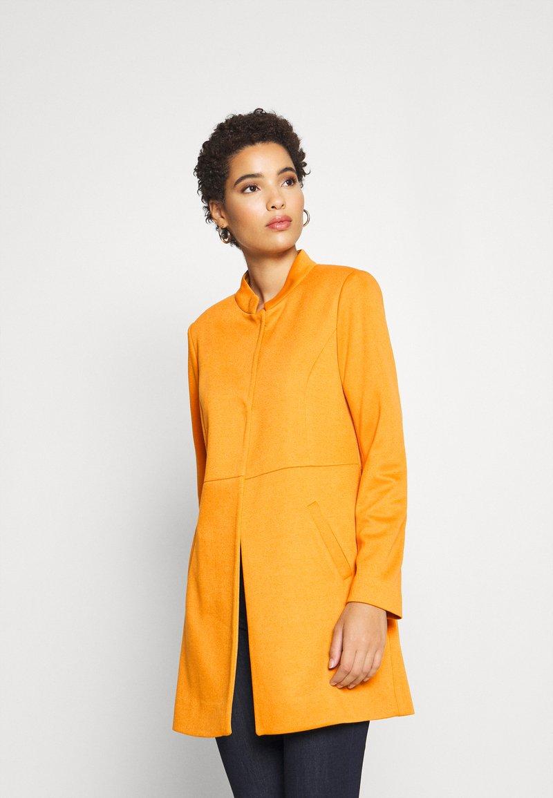comma - Krátký kabát - safran