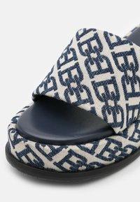 Bally - SYLVIE - Pantofle na podpatku - natural/midnight - 6