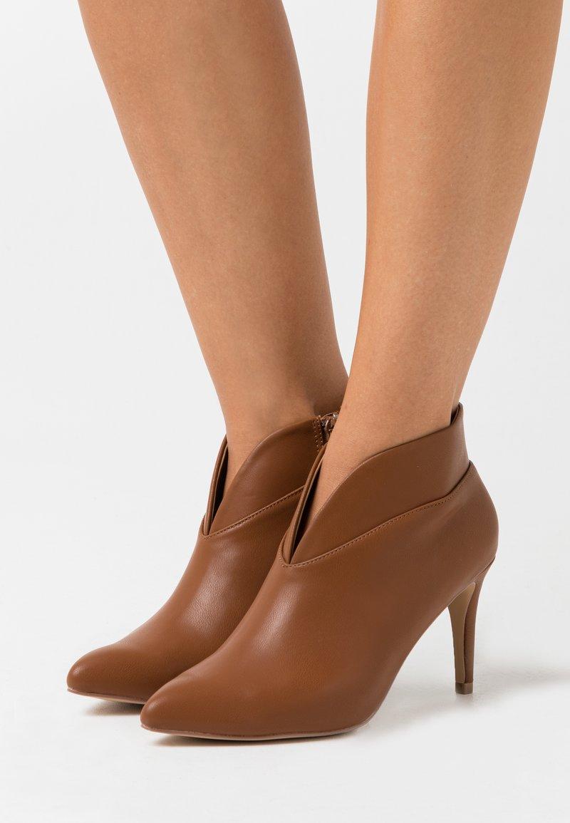 Wallis - CURVE - Boots à talons - tan