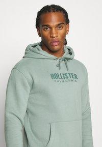 Hollister Co. - TECH LOGO TONAL - Jersey con capucha - green - 3