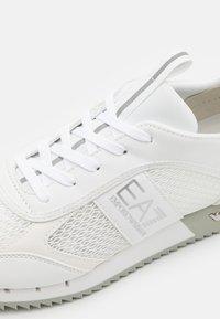 EA7 Emporio Armani - UNISEX - Sneakers laag - white - 5