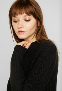 Monki - AGATA BASIC - Strikkegenser - black dark - 4