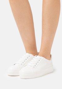 Miss Selfridge - TRICKSTER CROC EMBOSSED  - Sneakersy niskie - white - 0
