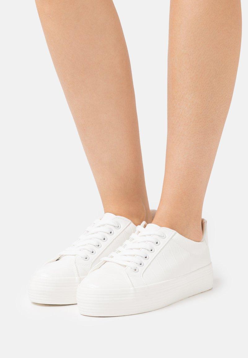 Miss Selfridge - TRICKSTER CROC EMBOSSED  - Sneakers laag - white