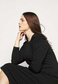 Dorothy Perkins Curve - CURVE RUCHED SLEEVE BODYCON - Robe en jersey - black - 3