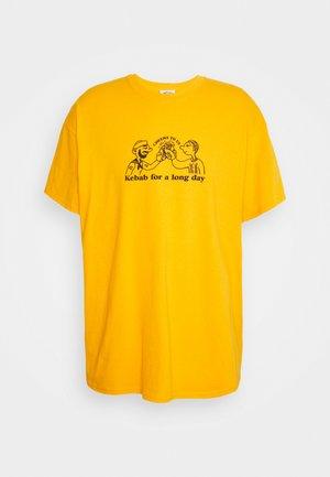 CHEERS TO KEBAB - T-shirts med print - yellow