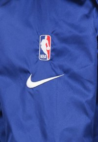 Nike Performance - NBA GOLDEN STATE WARRIORS REVERSIBLE COURTSIDE TRAININGSJACKE HE - Sports jacket - rush blue / amarillo - 2