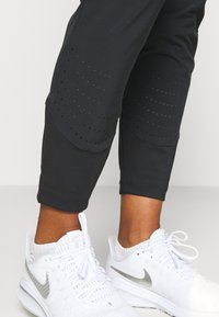 Nike Performance - SWIFT PANT - Pantalones deportivos - black/reflective silver - 3