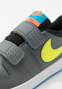 Nike Performance - PICO 5 - Trainings-/Fitnessschuh - smoke grey/lemon/laser blue/hyper crimson - 2