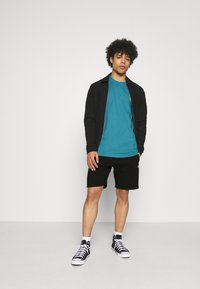 Carhartt WIP - CHASE  - Shorts - black/gold - 1