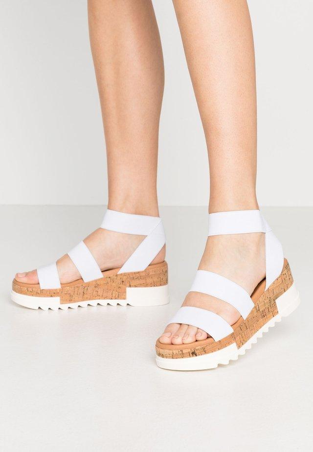 BANDI - Sandały na platformie - white
