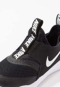 Nike Performance - FLEX RUNNER UNISEX - Neutrala löparskor - black/white - 2
