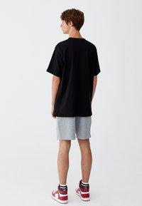 PULL&BEAR - MIT BRUSTTASCHE - T-shirt - bas - black - 2
