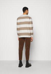 Han Kjøbenhavn - BOXY TEE LONG SLEEVE - Long sleeved top - offwhite - 2
