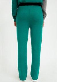 Finn Flare - Tracksuit bottoms - green - 1