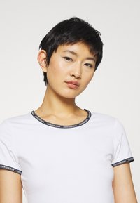 Calvin Klein Jeans - LOGO TRIM - Print T-shirt - bright white - 4