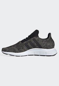 adidas Originals - SWIFT RUN SHOES - Trainers - green/black/white - 7