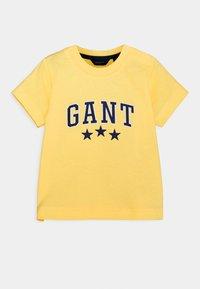 GANT - VARSITY  - Print T-shirt - brimstone yellow - 0