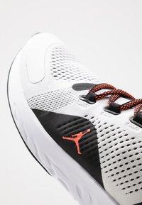 Jordan - JORDAN X PSG REACT ASSASSIN  - Obuwie do koszykówki - white/infrared/black - 5